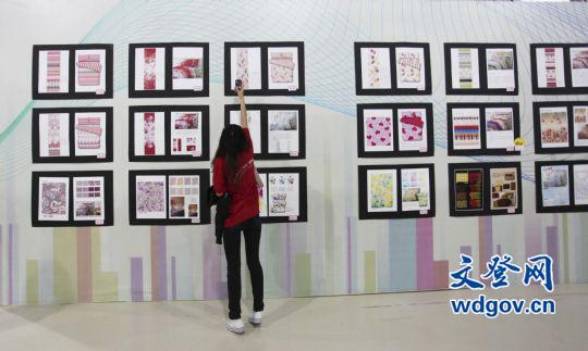 9月12日,参观者在山东省文登市会展中心观看大学生家用纺织品创意设计图片